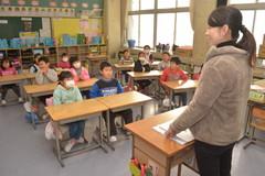 約2カ月半ぶりに戻った教室で先生の話を聞く2年生=常総市立大生小