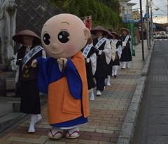 歳末助け合い托鉢募金で下館駅周辺を歩く僧侶=筑西市内