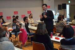 英会話サークル設立イベントで講師の話に耳を傾ける参加者=筑西市丙