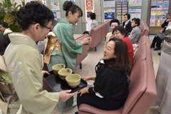 常陽銀本店ロビーで行われた新春茶会=水戸市南町