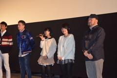 「十字架」上映後、舞台あいさつをする五十嵐匠監督(右)ら出演者=イオンシネマ下妻