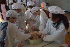 自分たちで栽培した大豆や米でみそ作りに取り組む子どもたち=筑西市下中山