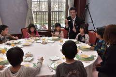 講師からスープの食べ方を教わる串挽保育園児ら=水戸市千波町の水戸プラザホテル