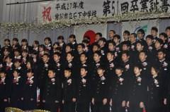 卒業式後に合唱を披露する常総市立石下中の卒業生=同市新石下