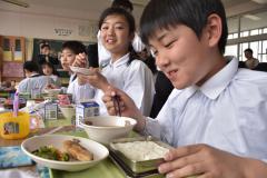 「日本遺産認定一周年献立」を楽しむ子どもたち=水戸市姫子