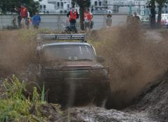 泥しぶきを上げてコースを疾走する四輪駆動車=筑西市茂田