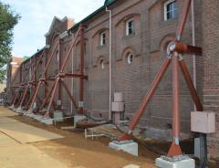 ワイン貯蔵庫の温度や湿度が保たれた環境を損ねないよう建物を支える基礎を外側に設置した=牛久市中央
