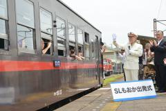 発車するSLの乗客に手を振る松本零士さん=筑西市乙の真岡鉄道下館駅ホーム