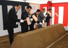 水戸市新庁舎の起工式でくわ入れをする高橋靖市長(中央)ら=水戸市中央