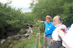 現地審査で説明を受ける日本ジオパーク委員会の審査員(右)=筑波山梅林