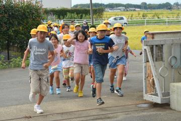 洪水を想定した訓練で、避難勧告を受けて学校に避難する河間小の児童たち=筑西市羽方