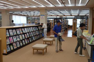 復旧工事を終え業務を再開した常総市立図書館=同市水海道天満町