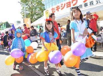 下館駅前通りをハロウィーンの仮装行列で楽しげに歩く子どもたち=筑西市丙