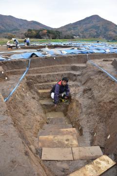 真壁城跡で確認された排水溝跡。最深で1・8メートルあった=桜川市真壁町古城