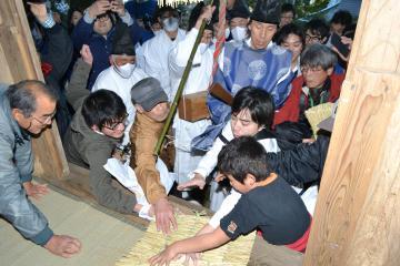 供え物を奪おうと手を伸ばす参拝客=笠間市の愛宕山