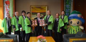 旬を迎えたイチゴを橋本昌知事にPRする筑西市の須藤茂市長(左から2人目)やJA関係者=県庁