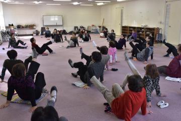 体操を楽しむメンバーたち=水戸市五軒町のみと文化交流プラザ