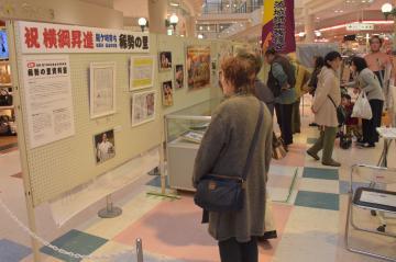 多くの来場者でにぎわう稀勢の里関の出張展示会場=龍ケ崎市小柴