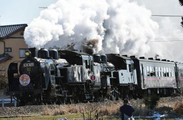 力強く煙りを吐きながら走り抜ける真岡鉄道のSL重連運行=19日午前10時36分、筑西市菅谷、菊地克仁撮影