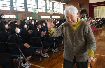 お礼の会後、生徒に手を振りながら会場を後にする山中艶子さん=筑西市下中山