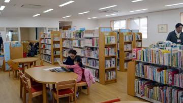 スペースをゆったり確保した「こども図書館本の森」=石岡市府中