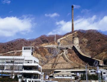 山頂に立つ日立の大煙突。1993年に一部倒壊する前の姿。