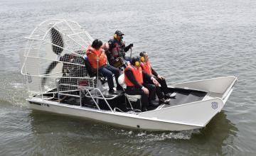 境町が導入した「エアボート」=利根川