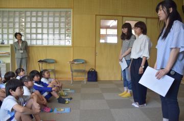 児童たちに郷土再考を呼び掛ける筑波学院大学の学生たち(右)=行方市蔵川