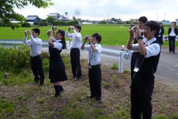学校周辺の自然にカメラを向ける部員(益子拓哉部長撮影)=水戸市下大野町