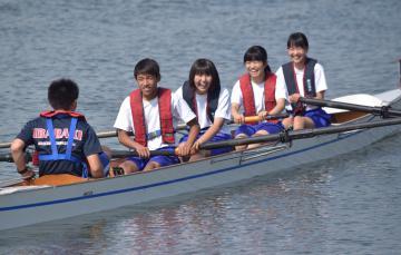 楽しそうにオールを漕ぐ生徒たち=潮来市潮来の常陸利根川