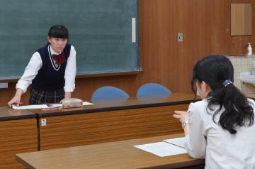 宮本夏海顧問(右)から指導を受ける鈴木蓮さん=常陸大宮市上小瀬
