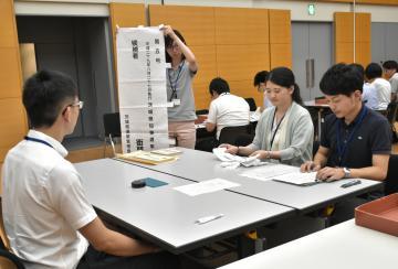 知事選の立候補受け付けのリハーサルを行う県選管の職員たち=県庁