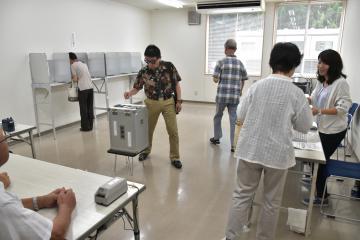 知事選の期日前投票が始まった=11日午前、水戸市三の丸