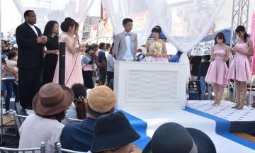 来場者一同でカップルの門出を祝った街中結婚式=24日、水戸市泉町