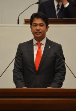県議会本会議で所信を述べる大井川和彦知事=県議会議事堂