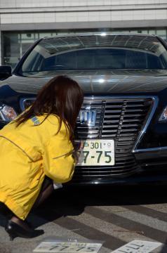県の公用車に取り付けた2020年東京五輪・パラリンピック仕様のナンバープレート=県庁県民広場