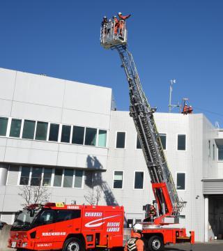 新しく納入された災害対応の特殊はしご車を駆使し、救助訓練を披露する筑西広域消防高度救助隊の隊員ら=筑西市直井