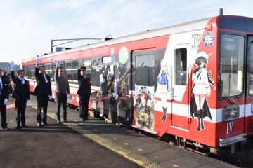 出発式で新ラッピング列車を見送る関係者=大洗駅