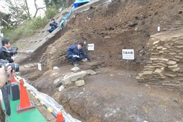 水戸城大手門跡から出土した瓦塀=水戸市三の丸