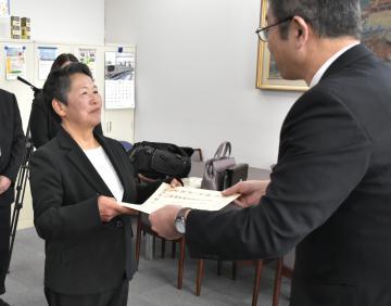 表彰状を受け取る茨城町家庭排水対策協議会の一澤恵子会長=県庁