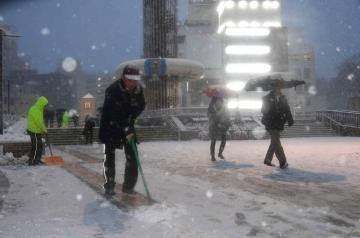 水戸駅北口では雪かきに追われた=22日午後5時ごろ、水戸市宮町、菊地克仁撮影