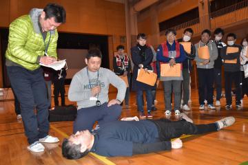 研修会でトリアージを実演する参加者=茨城町桜の郷