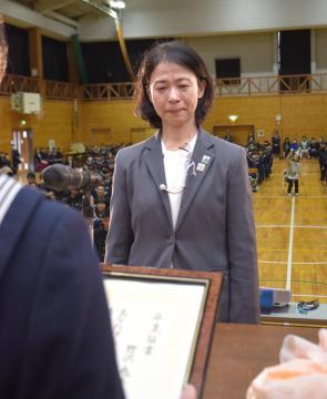 """生徒から""""卒業証書""""を渡される野沢恵子校長=東海村立東海中学校"""