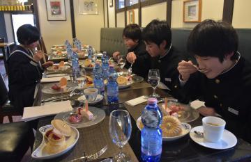 考案したスイーツを試食する中学生たち=水戸市千波町の「オー・ボン・ヴィヴェール」