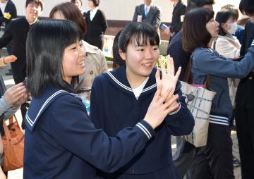 自分の受験番号を見つけ喜ぶ受験生ら=土浦市真鍋の土浦一高、根本樹郎撮影