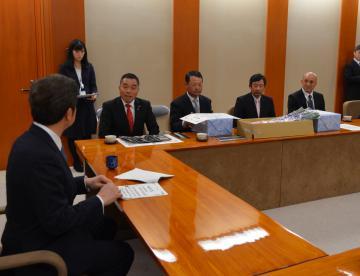 指定証交付式で、大井川和彦知事(左)と懇談するJA水戸の関係者ら=県庁