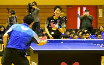 エキシビジョンマッチで上田仁選手と対戦する水谷隼選手=水戸市青柳町