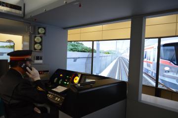 線路内への落下物を確認し、列車を減速・停止後、総合指令所に連絡をする男性乗務員=守谷市中央