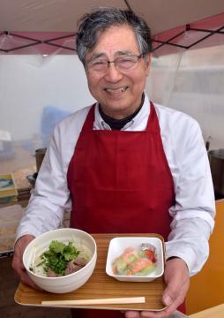 道の駅いたこで販売が始まった生麺を使ったフォーと生春巻きのセット=潮来市前川