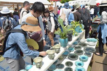 初日からにぎわう「笠間の陶炎祭」会場=笠間芸術の森公園イベント広場